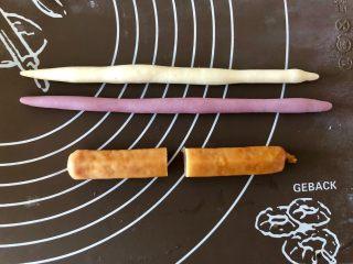 双色肠仔馒头卷,白色和紫色的面剂子各取一个,分别揉成长20厘米的长条,德式香肠从中间切成两段。这款香肠长12厘米,切完后每段6厘米,也可以直接买6厘米左右的香肠。