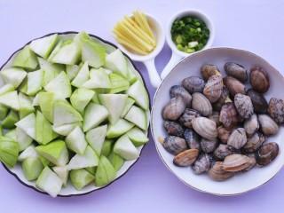 丝瓜花甲汤,丝瓜去皮切滚刀块,葱切断,姜切丝备用。