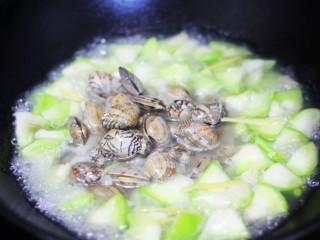 丝瓜花甲汤,煮开后加入花甲。