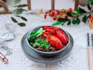 小龙虾青菜清汤荞麦面,成品一