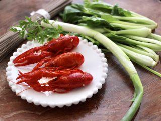小龙虾青菜清汤荞麦面,首先备齐所有的食材,小龙虾我用的是熟的。