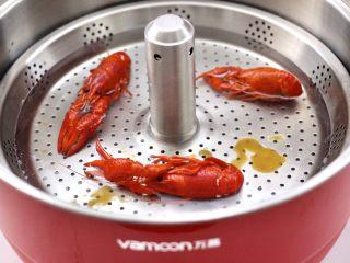 小龙虾青菜清汤荞麦面,锅中再放入小龙虾。