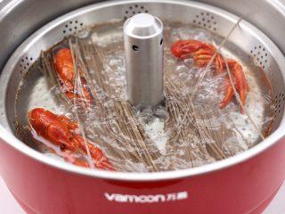 小龙虾青菜清汤荞麦面,放入荞麦挂面,大火继续煮至荞麦挂面变软熟透时。
