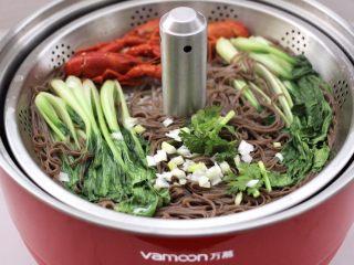 小龙虾青菜清汤荞麦面,大火煮沸后即可。