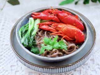 小龙虾青菜清汤荞麦面,鲜美可口又营养丰富的小龙虾青菜清汤荞麦面出锅咯。
