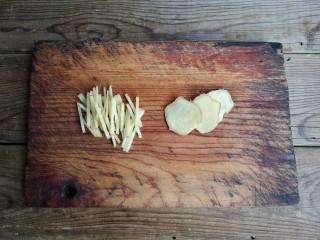 柠檬手撕鸡,姜一部分切片,一部分切丝备用。