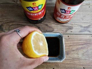 柠檬手撕鸡,用味极鲜酱油,米醋,白糖,盐,柠檬汁调个料汁备用。