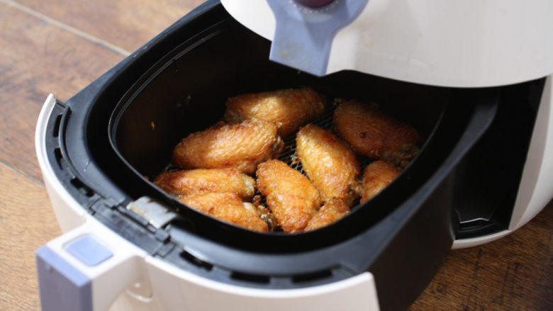 香蒜炸鸡翅(空气炸锅版),然后把鸡翅翻到另外一面继续用200度炸10分钟左右。