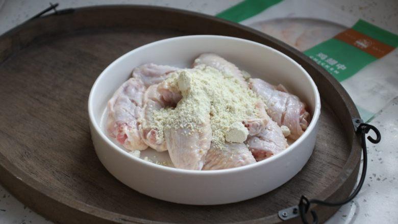 香蒜炸鸡翅(空气炸锅版),在鸡翅上撒上香蒜炸粉。