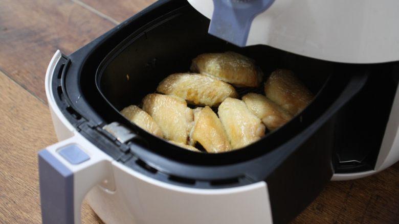 香蒜炸鸡翅(空气炸锅版),先炸5分钟,鸡翅表面微微发黄。