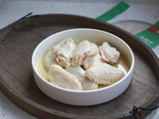 香蒜炸鸡翅(空气炸锅版),戴上一次性手套把香蒜炸粉和鸡翅抓匀,反复给鸡翅按摩,以便鸡翅能更好的入味,