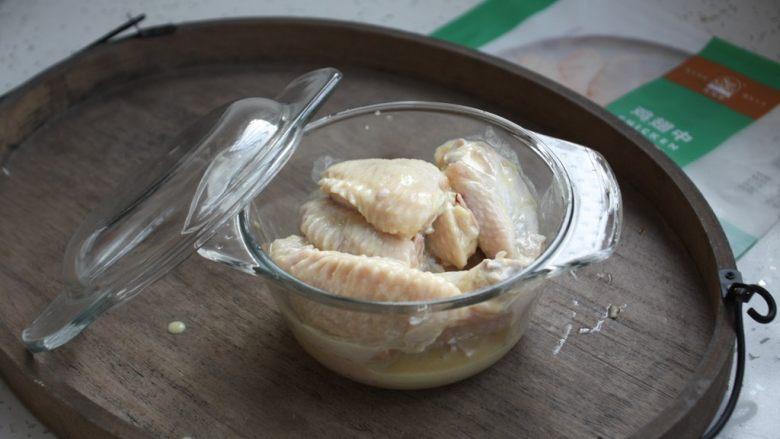 香蒜炸鸡翅(空气炸锅版),将用香蒜炸粉腌制的鸡翅放在有盖儿的容器里,放入冰箱里冷藏保存腌制8个小时。