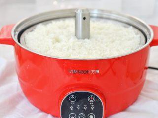 爆炒鱿鱼饭,在做鱿鱼饭之前,先将米饭闷熟,最近大家都提倡健康脱糖,我今天也用万慕锅蒸了一锅脱糖米饭,将大米清洗干净,放到生姜火锅的蒸网上,锅里放上1刻度的清水,之后将滤网放到锅里,按脱糖键,选择口味适中将米饭蒸熟,米饭刚开始是在水中泡住,之后会自动升起开始蒸,蒸熟的米饭颗粒分明,口感软糯