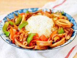 爆炒鱿鱼饭,好的鱿鱼连着酱汁一起淋在米饭周围