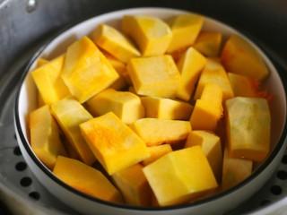 奶香南瓜芝麻饼,南瓜洗净去皮去瓤切小块大火蒸熟。