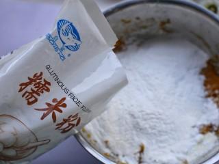 奶香南瓜芝麻饼,分多次加入糯米粉拌匀。