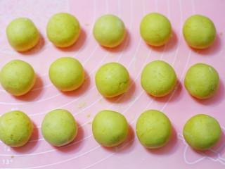 奶香南瓜芝麻饼,揉成圆球。