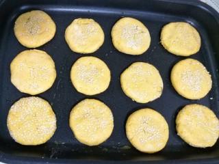奶香南瓜芝麻饼,放入平底锅中,煎至两面金黄。