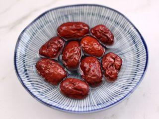 红枣二米饭,红枣洗净用温水浸泡半小时。