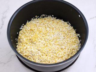 红枣二米饭,浸泡洗净的的大米和小米,糯米倒入电饭煲的甑锅里。