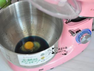 芋泥血糯米软欧,将鸡蛋、糖、盐、蝶豆花水倒入厨师机内胆中。
