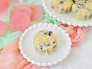 蜜豆山药糕,配方中的分量正好做了8个,细腻丝滑的蜜豆山药糕就可以吃啦