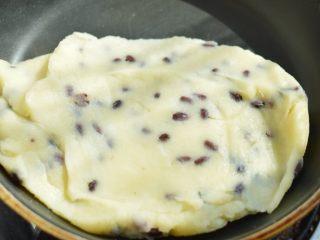 蜜豆山药糕,将蜜豆跟山药泥搅拌均匀,然后降温