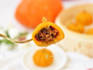 南瓜糕,软糯糯的外皮,甜甜的蜜豆,还有淡淡的南瓜清香