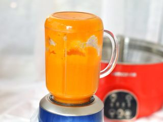 南瓜糕,南瓜蒸熟后,取出放到榨汁杯内,将南瓜榨成细腻的南瓜泥