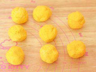 南瓜糕,揉好的南瓜面团分成8份