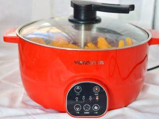 南瓜糕,切块的南瓜放到蒸锅里蒸熟,蜜豆也装到小碗里,一起放蒸锅里蒸软