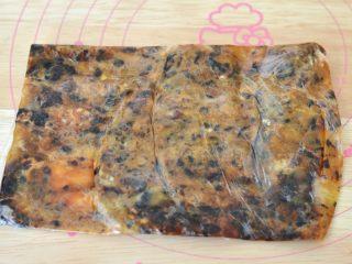 南瓜糕,将蒸熟的蜜豆取出,装到保鲜袋里,用擀面杖擀碎