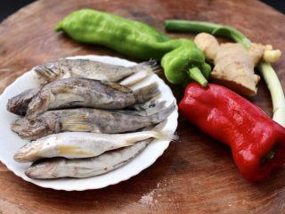 鱼锅片片,先把鱼锅的食材备齐。