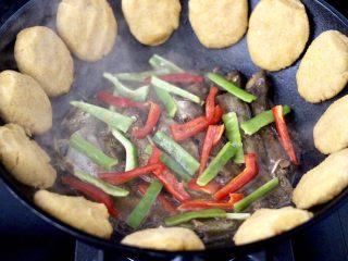鱼锅片片,放入切条的青红辣椒。