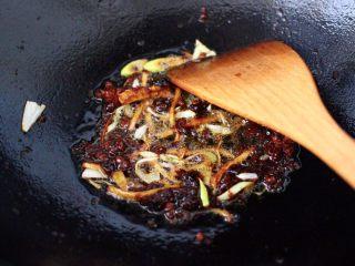 鱼锅片片,这个时候加入葱姜,大火快速爆出香味后。