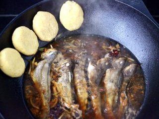 鱼锅片片,摁扁放入锅边。