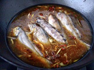 鱼锅片片,锅中放入洗净后的海杂鱼。