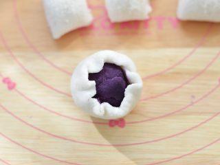 水晶糕,包裹上紫薯馅,收紧收口,然后搓圆