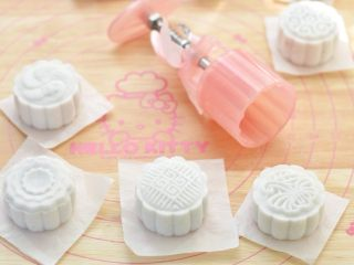 水晶糕,倒扣在油纸上,轻压模具压出花型