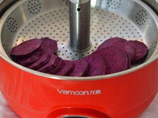 水晶糕,紫薯洗干净,去皮切片,放到蒸锅里蒸熟
