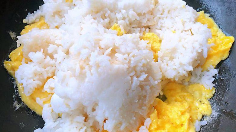 鲍鱼什锦炒饭,倒入米饭中火翻炒尽量给米饭拨散这样受热均匀