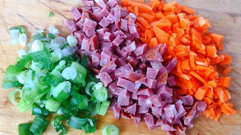 鲍鱼什锦炒饭,胡萝卜、香葱、香肠切成粒状