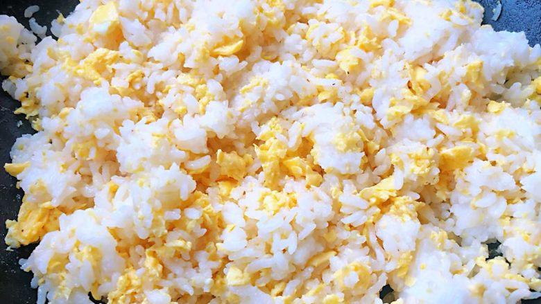 鲍鱼什锦炒饭,炒至米饭和鸡蛋都均匀的散开