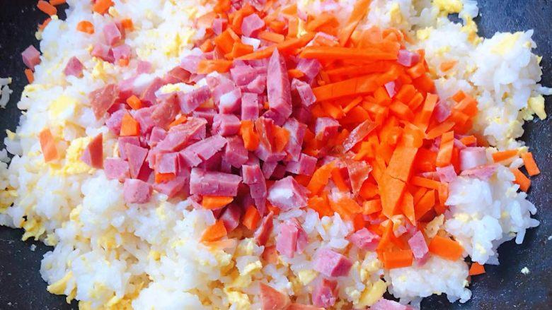 鲍鱼什锦炒饭,放入香肠和胡萝卜粒翻炒