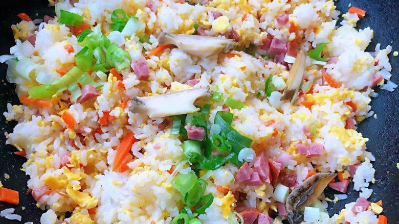 鲍鱼什锦炒饭,最后撒上葱花提鲜即可出锅享用