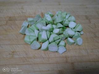 西红柿手擀面拌丝瓜菜,丝瓜洗净去皮切滚刀块。