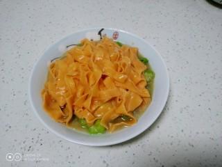 西红柿手擀面拌丝瓜菜,捞入盘中。
