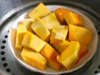 椰香南瓜糯米糍,南瓜洗净去皮去瓤切小块大火蒸熟。