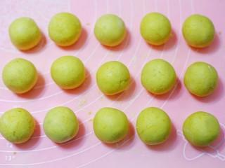 椰香南瓜糯米糍,搓成圆球。