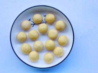 椰香南瓜糯米糍,包起揉圆。